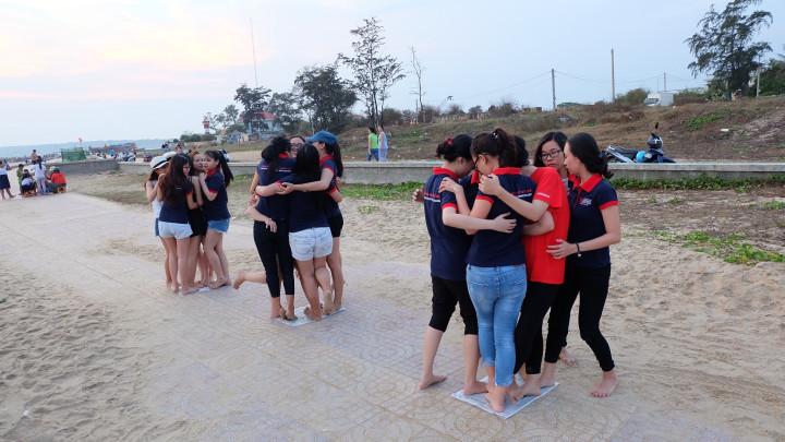 Siết chặt tay nhau trong hoạt động Team Building vui nhộn