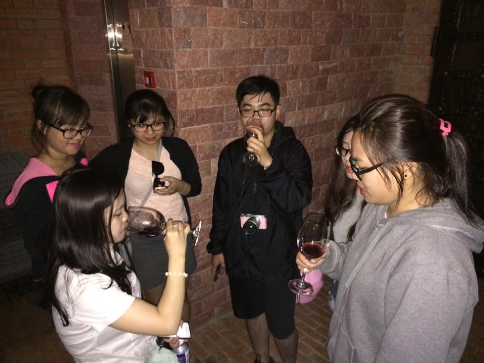 Nhâm nhi ly rượu vang thật là tuyệt?!...