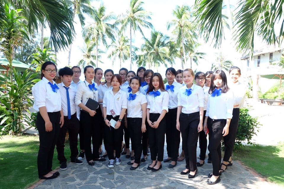 Tập làm nhân viên tại Resort Little Paris với đồng phục thật đẹp