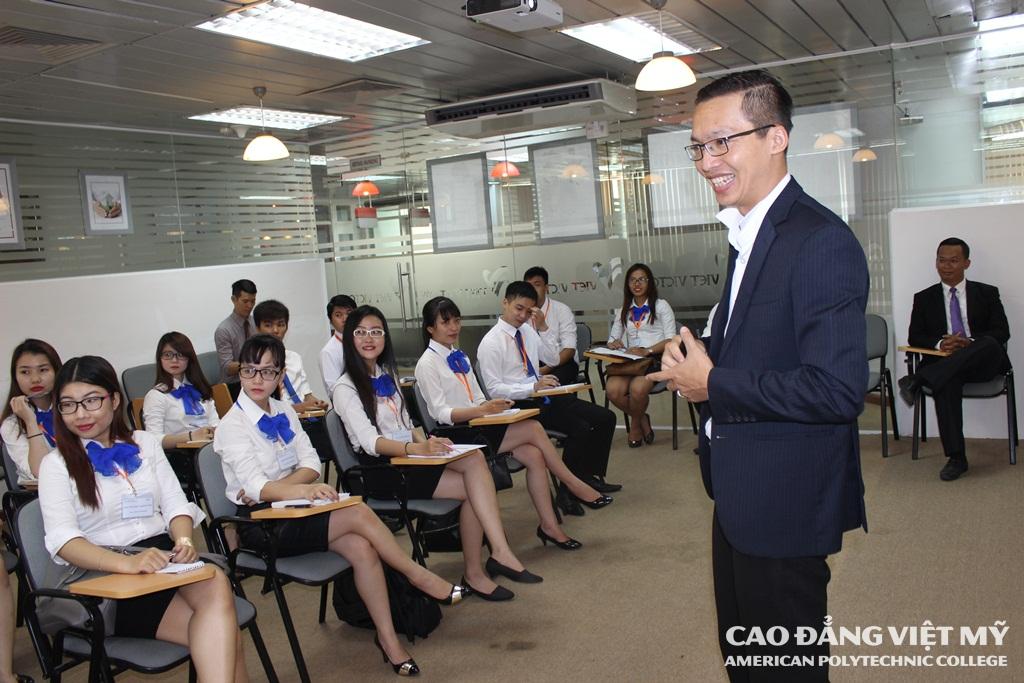Anh Vũ Xuân Vinh thân thiện chia sẻ cùng các bạn sinh viên