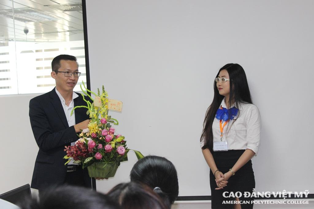 Đại diện các bạn sinh viên gửi đến Ban Điều hành Viet Victory hoa thay cho sự biết ơn