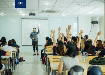 Các bạn sinh viên tích cực đưa tay đặt ra các câu hỏi dành cho khách mời.