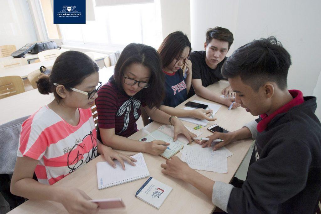 Sinh viên Việt Mỹ thảo luận nhóm trong giờ học anh Văn