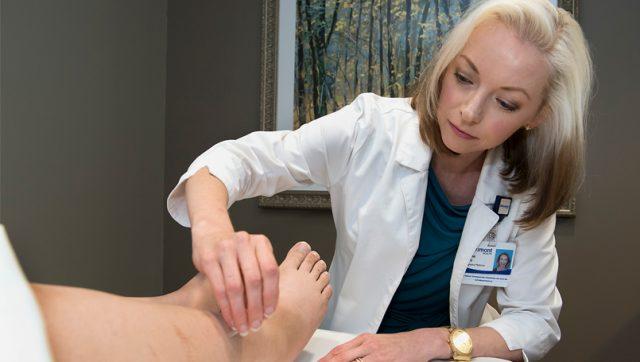 Đông Y sử dụng dược liệu, phương pháp vật lý trị liệu, châm cứu,... để điều trị sức khỏe.