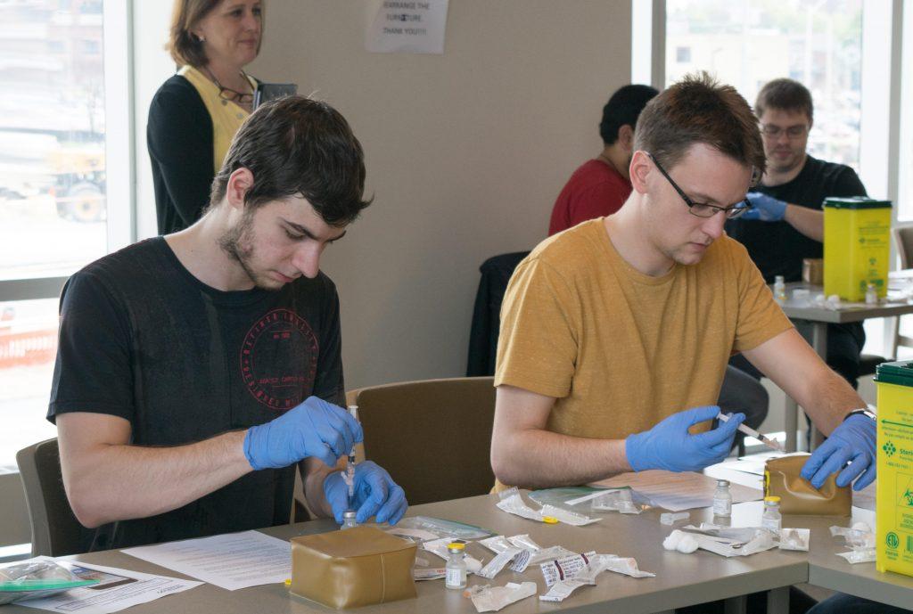 Nhiều cơ hội nghề nghiệp và thách thức khi sinh viên học ngành Dược.