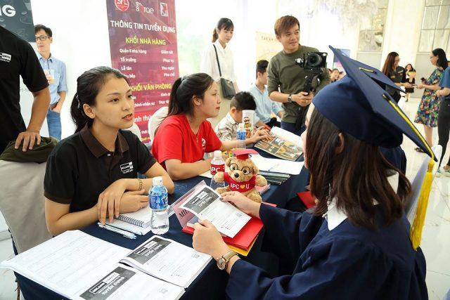 Doanh nghiệp tuyển dụng sinh viên Cao đẳng Việt Mỹ tại buổi lễ tốt nghiệp.