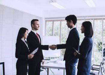 Sinh viên tiếng Anh thương mại có thể lựa chọn làm thông dịch viên